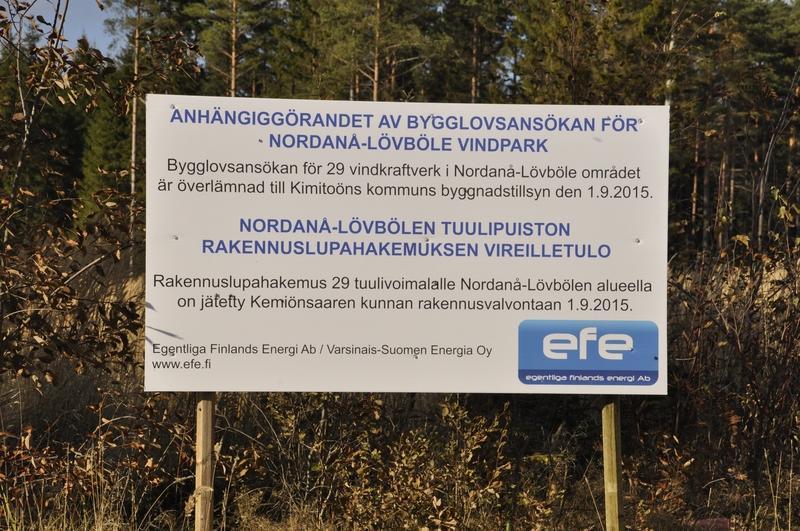 Ansökan om bygglov lämnades in den 1 september i fjol, som det framgår av skylten. Sådana skyltar måste numera sättas upp på områden där vindkraft planeras.