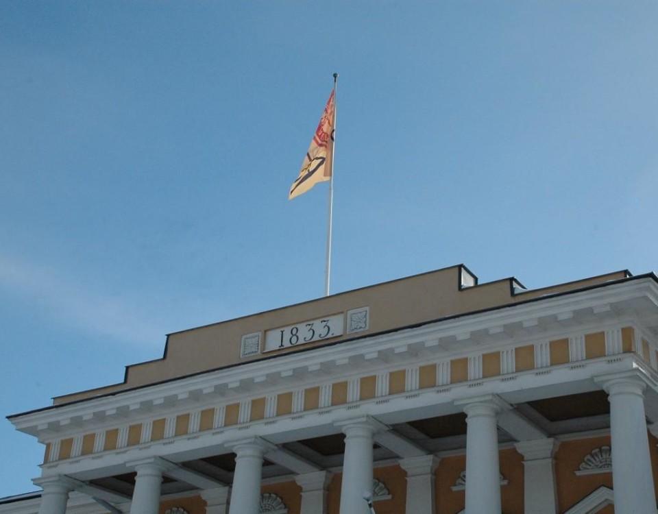 en byggnad med en flagga