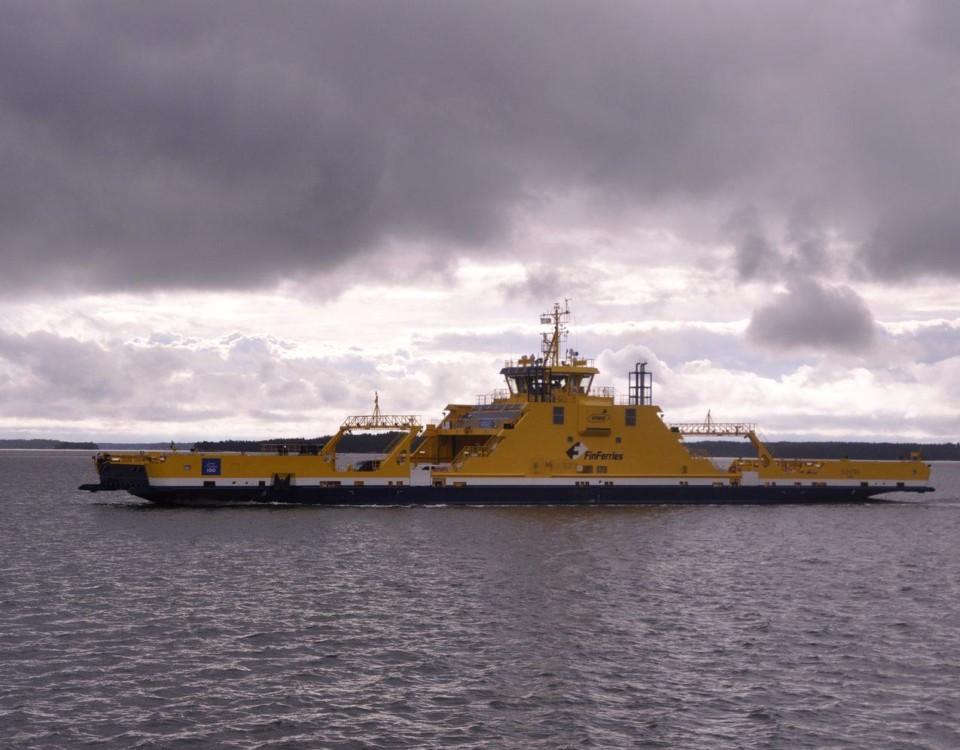 En gul landsvägsfärja på havet