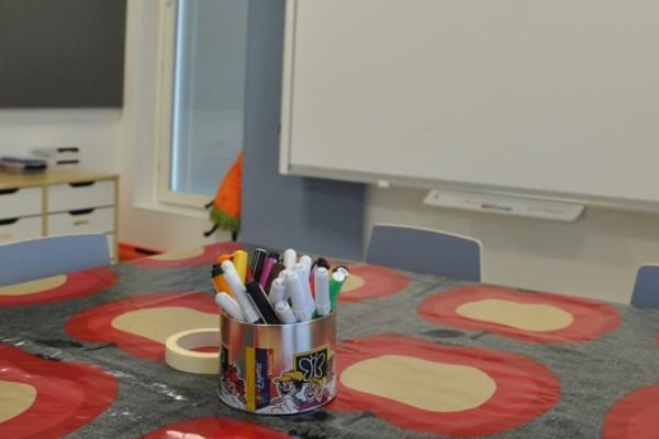 pennor i en burk i skolmiljö