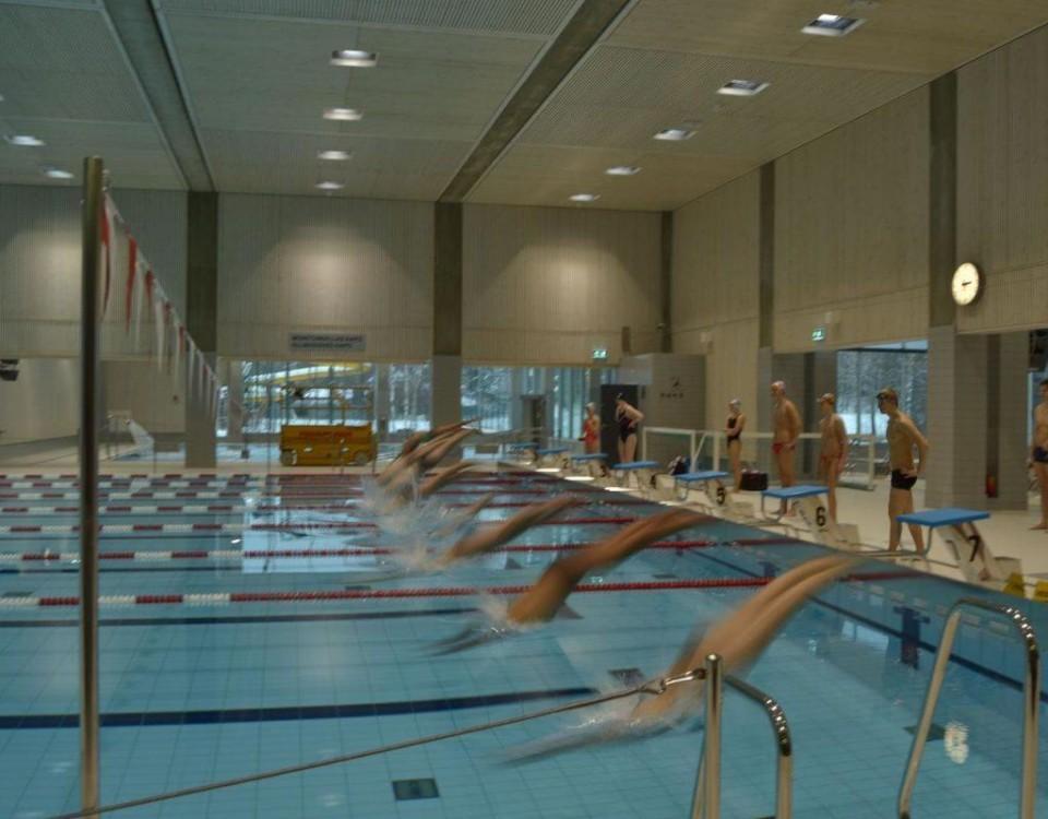 Simmare hoppar i bassängen
