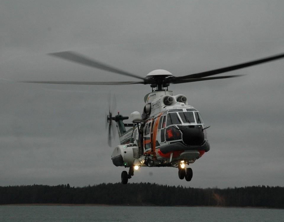 En helikopter
