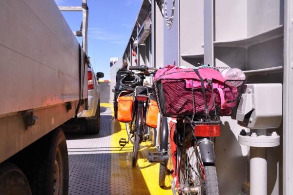 Cyklar med packning ombord på färja.