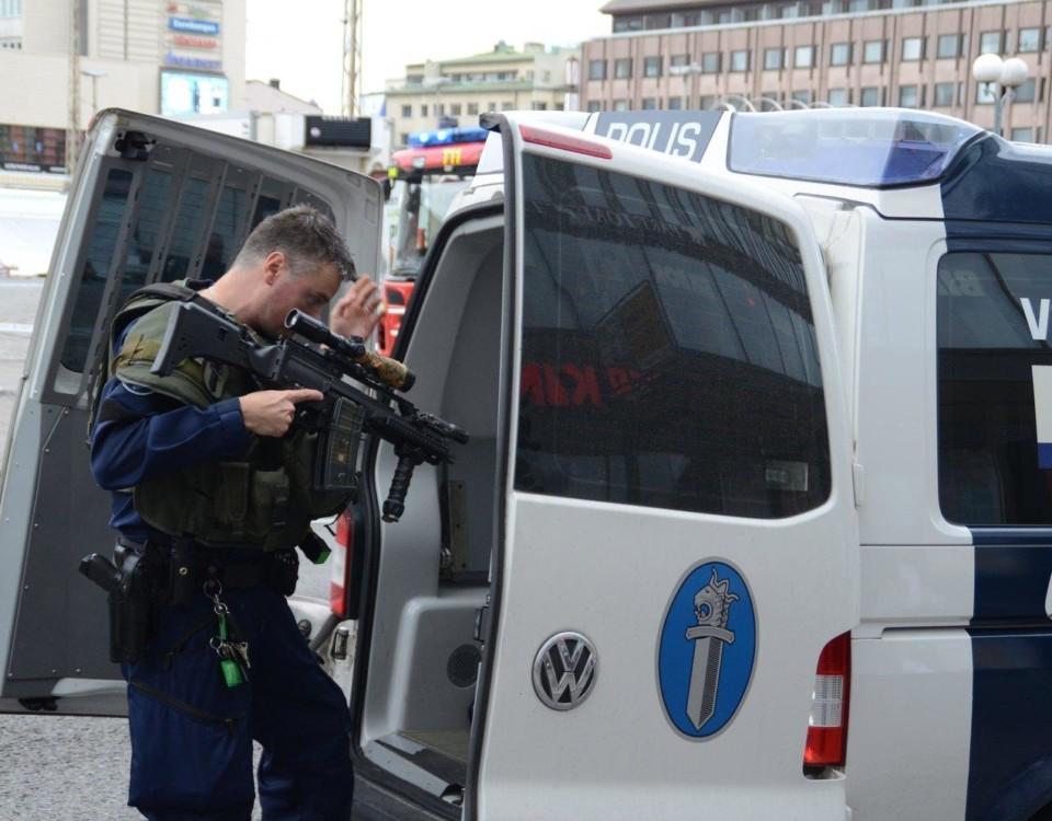En polis med vapen