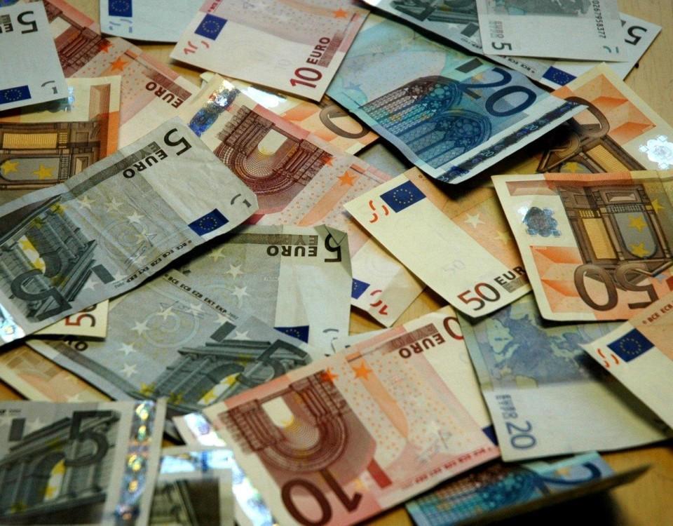 En massa eurosedlar på ett bord.