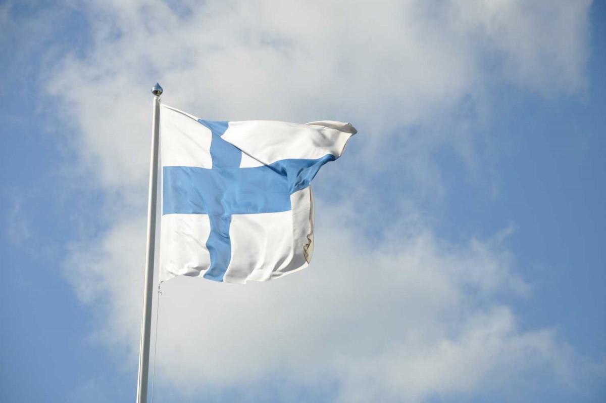 finlands flagga, vit med blått kors, vajar i vinden