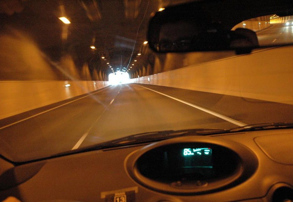 Utsikten från ett bilfönster i en tunnel.