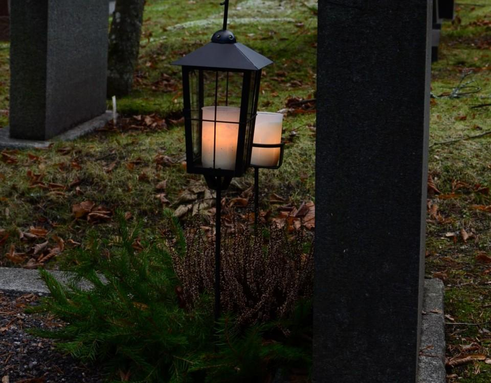 Ljus vid en grav.