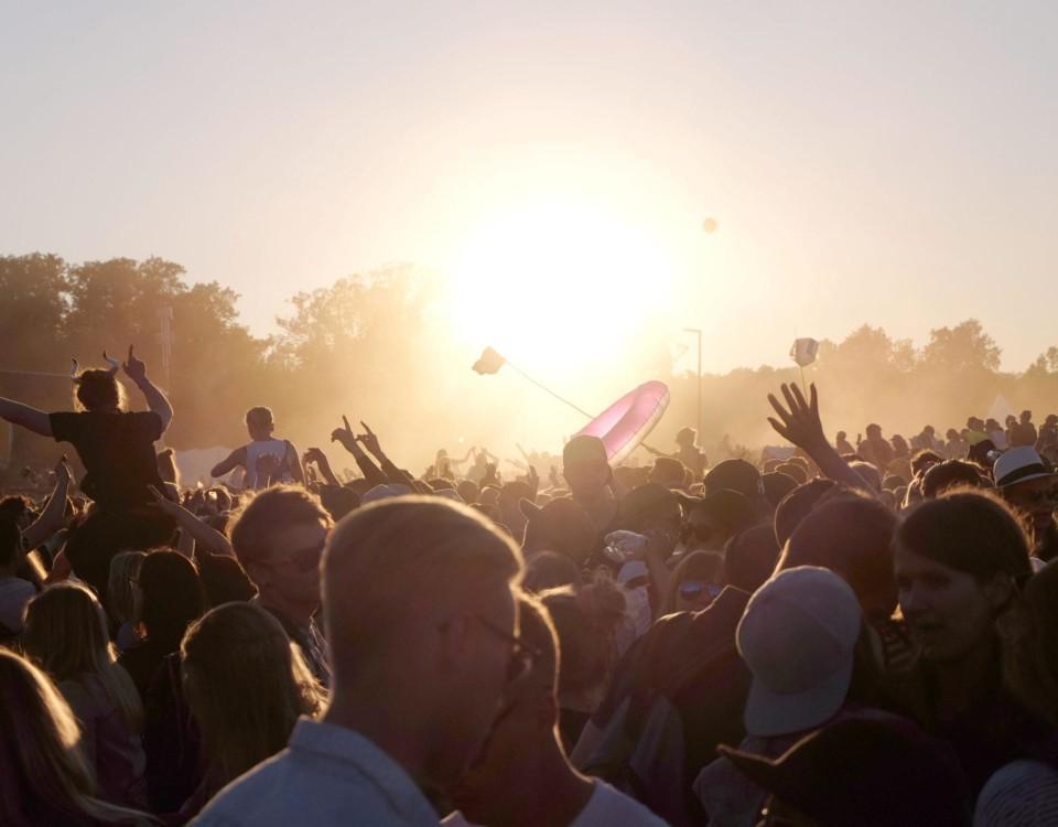 många människor på en musikfestival