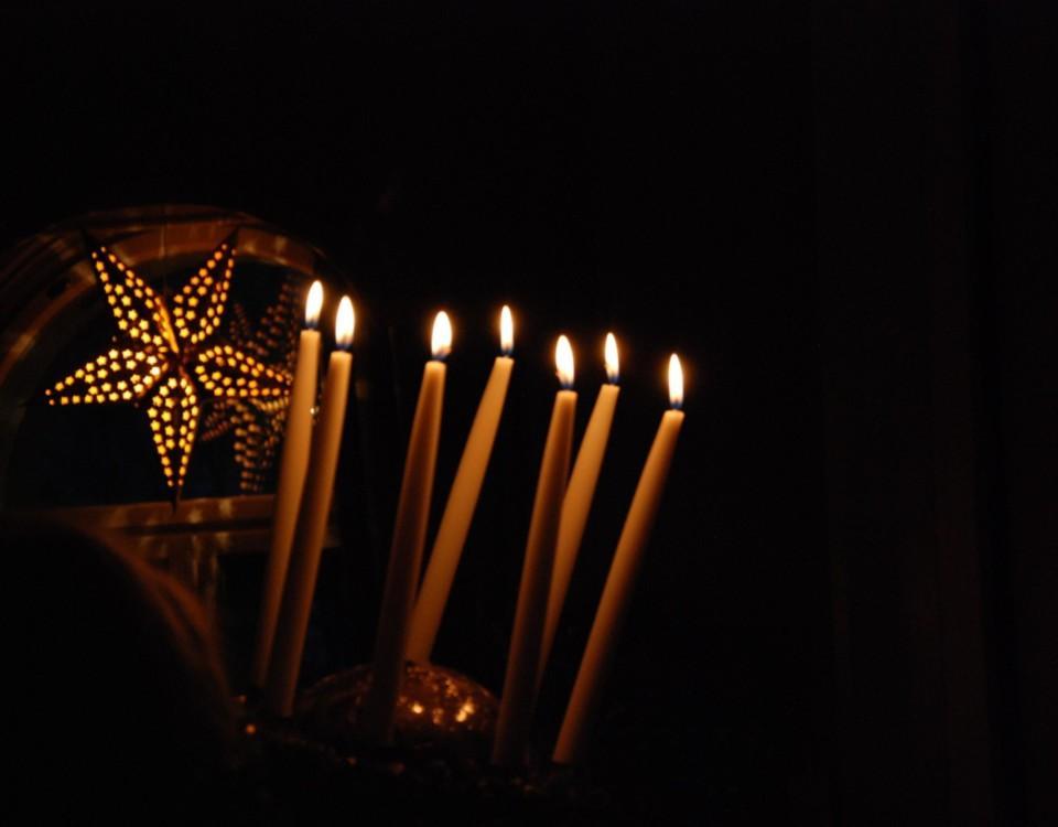 En luciakrona med tända ljus