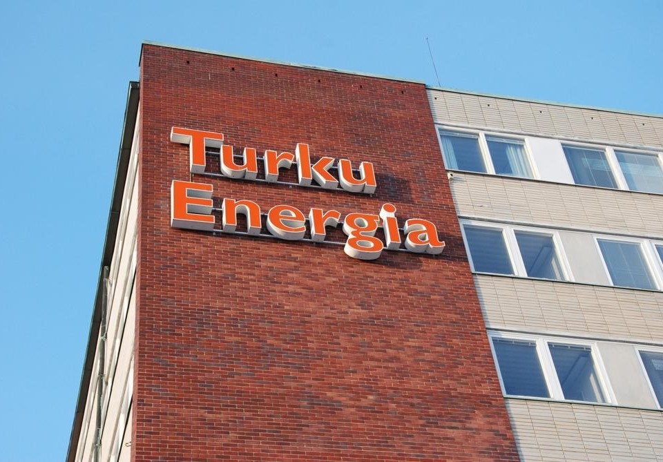 Ett tegelhus med texten Turku Energia.