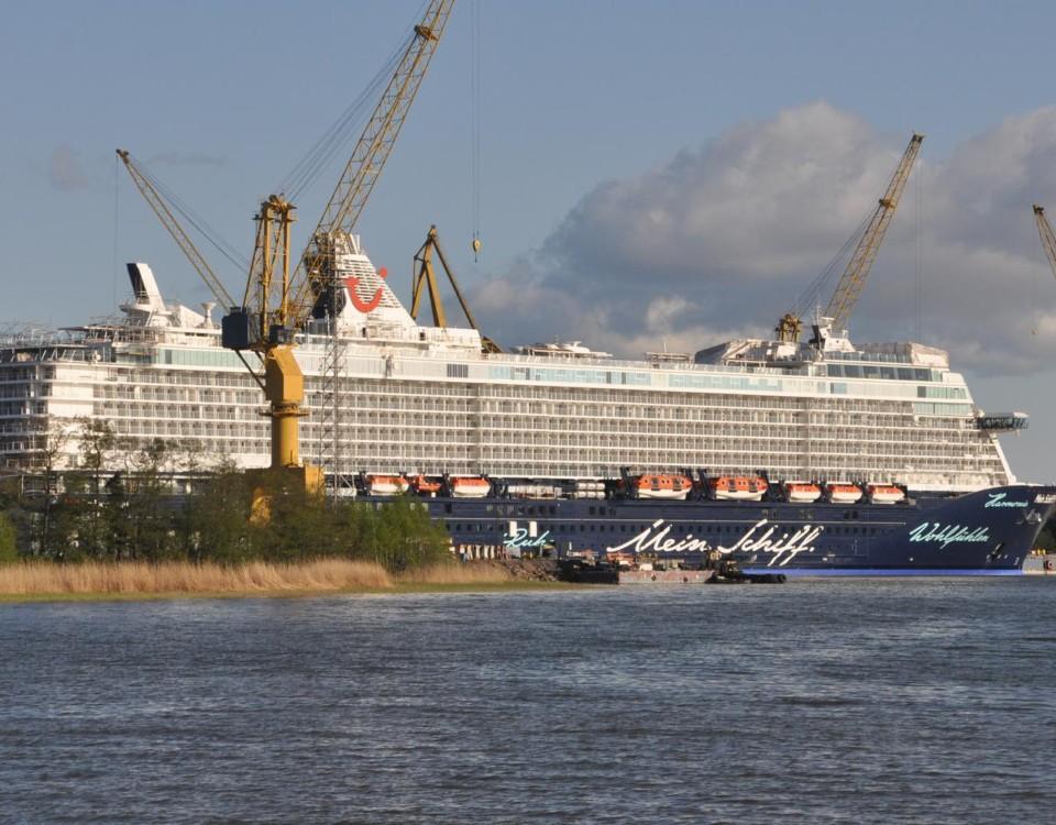 ett kryssningsfartyg på varv