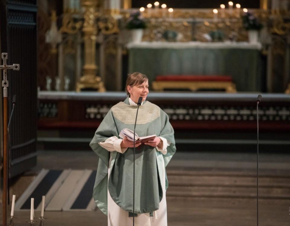 Präst i en kyrka.