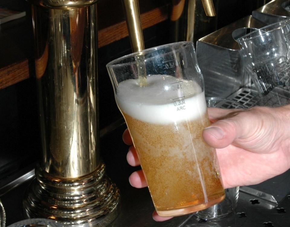 öl hälls upp från kran