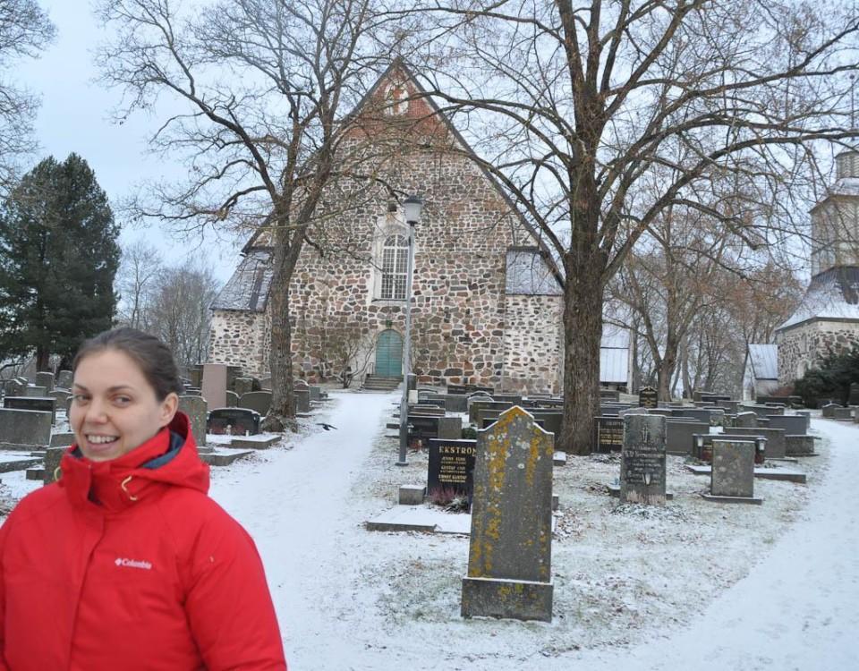 Kvinna står framför kyrka