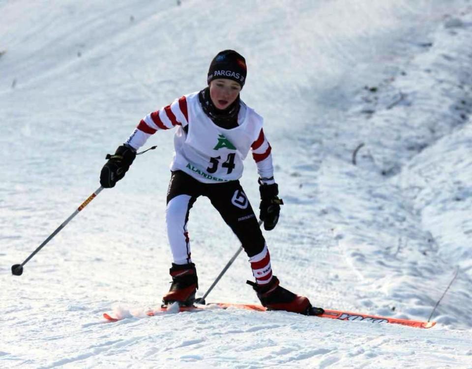 Pojke på skidor.