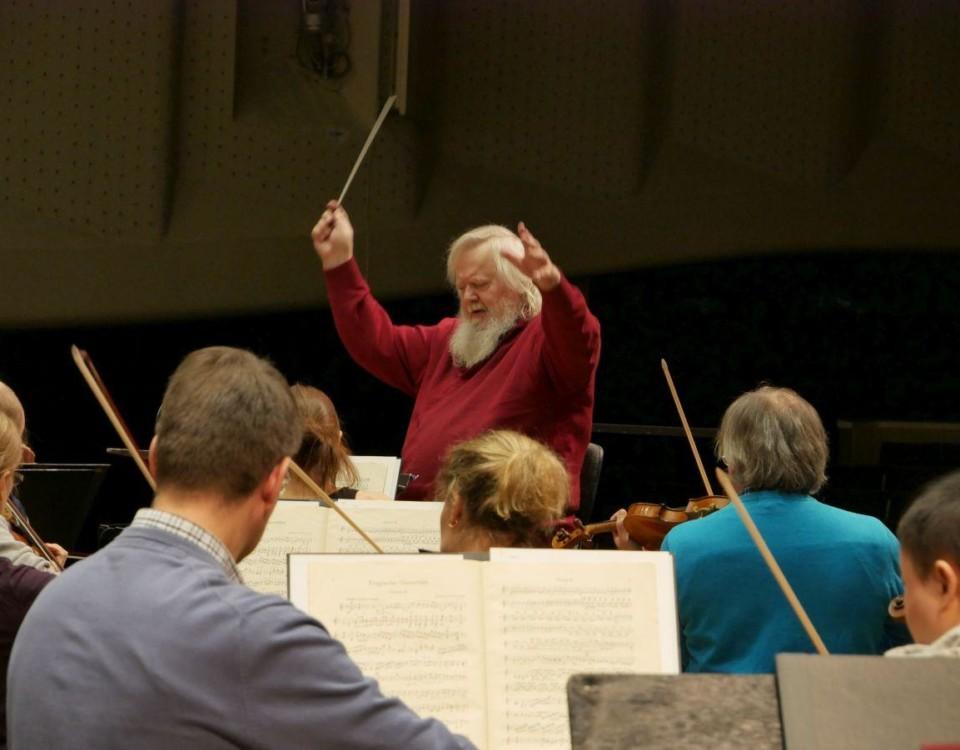 En person dirigerar en orkester.