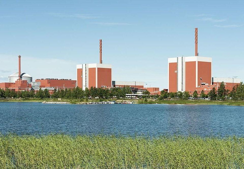 Fabriker vid vatten.