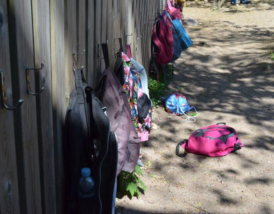 Ryggsäckar vid ett staket.