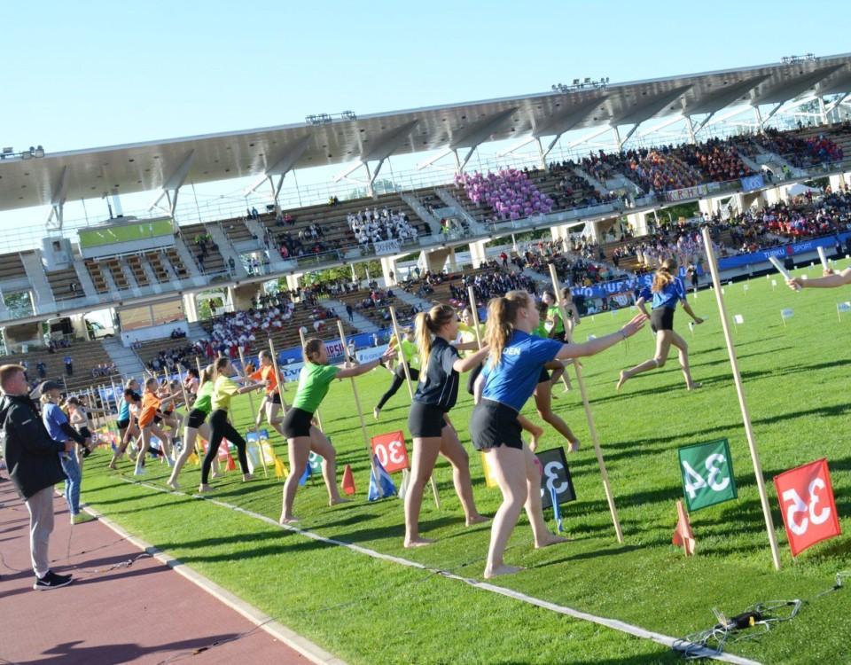 Barn som springer på en gräsplan.