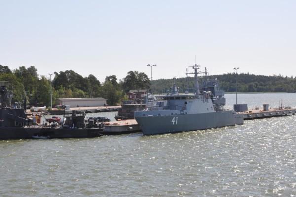 Marinens fartyg vid brygga