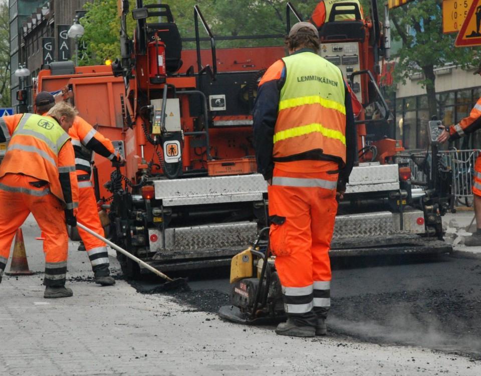 vägarbetare lägger ny asfalt