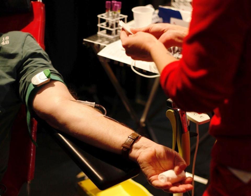 Arm som strax börja donera blod.