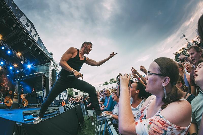 Artisten lauri tähkä uppträder inför en publik på festivalen DBTL