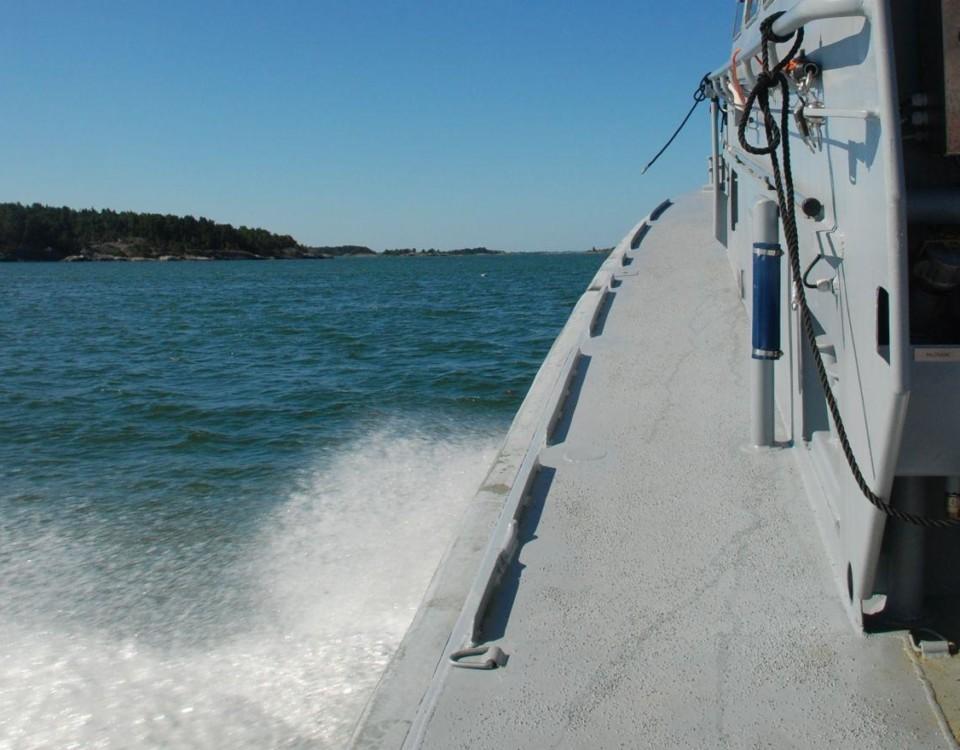 En båt kör på havet