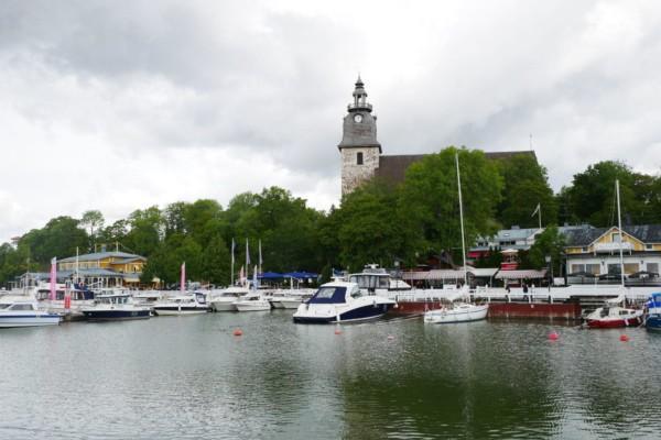 En vy över Nådendal där gästhamnen och kyrkan syns.