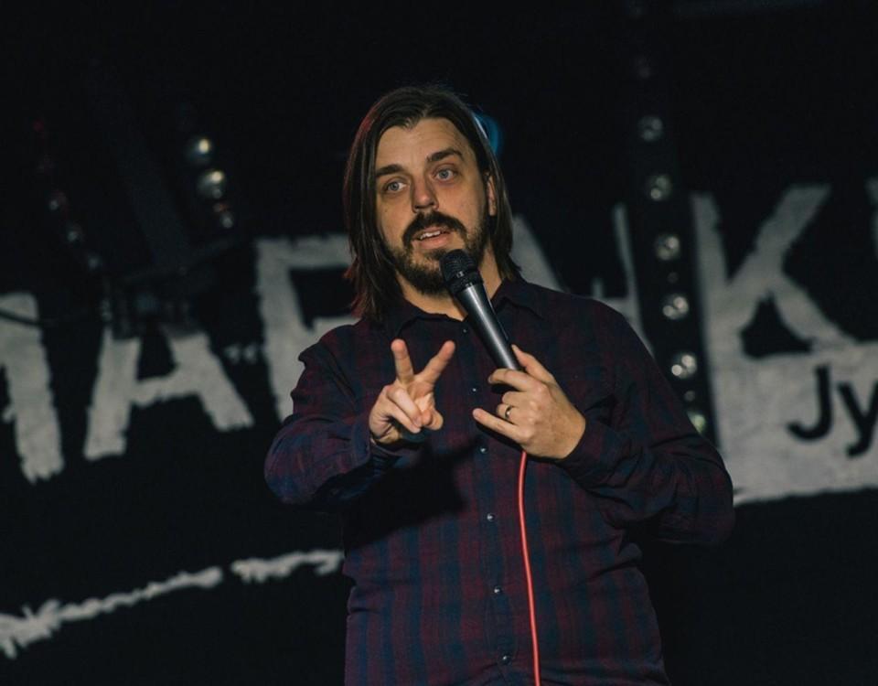 Ståuppkomiker på scenen