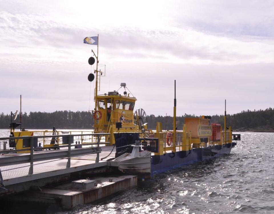 landsvägsfärja vid en hamn