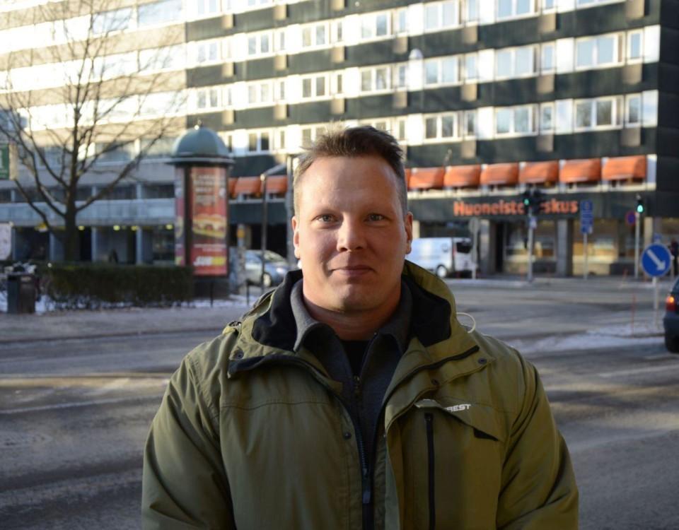 Man utomhus i centrum av Åbo