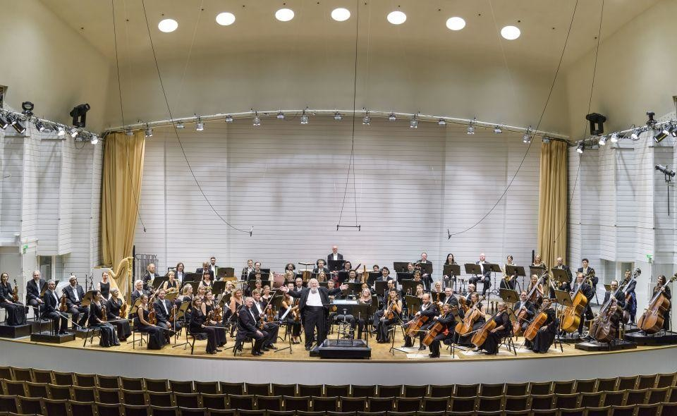 En orkester i en konsertsal.