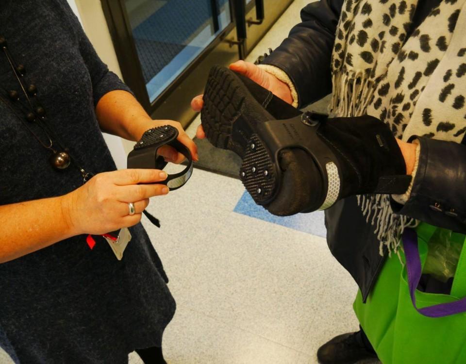 Halkskydd fästs på skor.