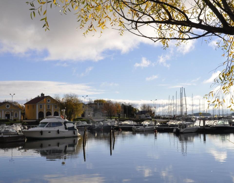 en bild av vatten och siluetten av dalsbruks gästhamn