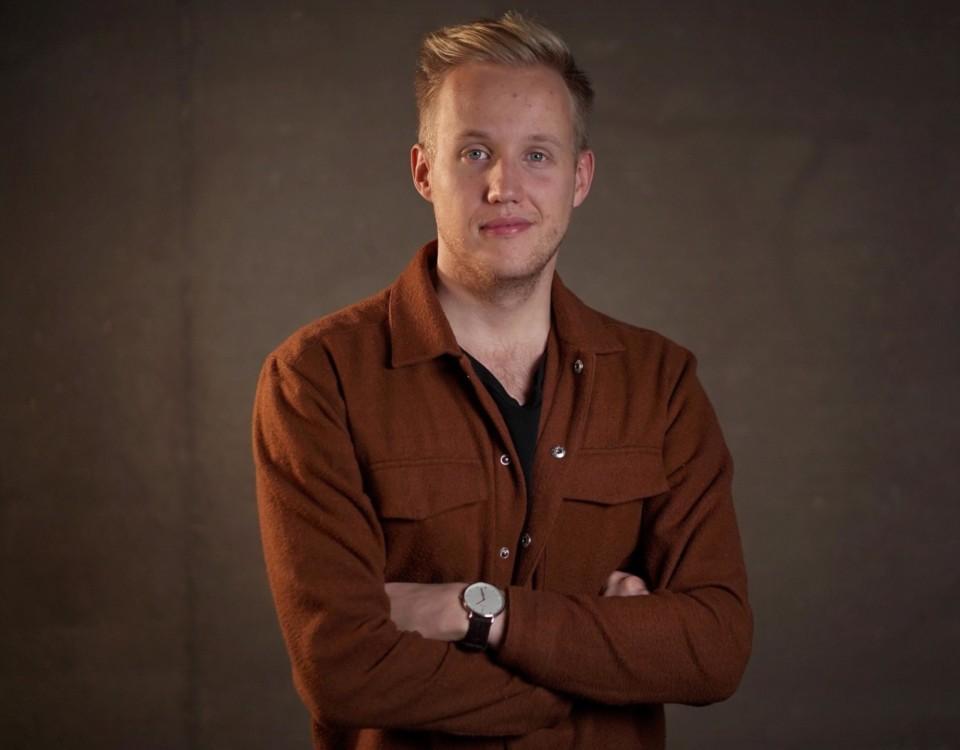 Simon Karlsson står på scen i Åboland i december. Foto: Humorhuset