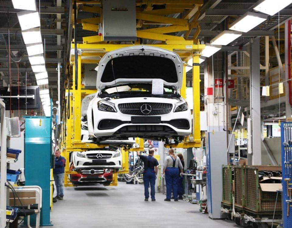 En bil tillverkas i bilfabrik.