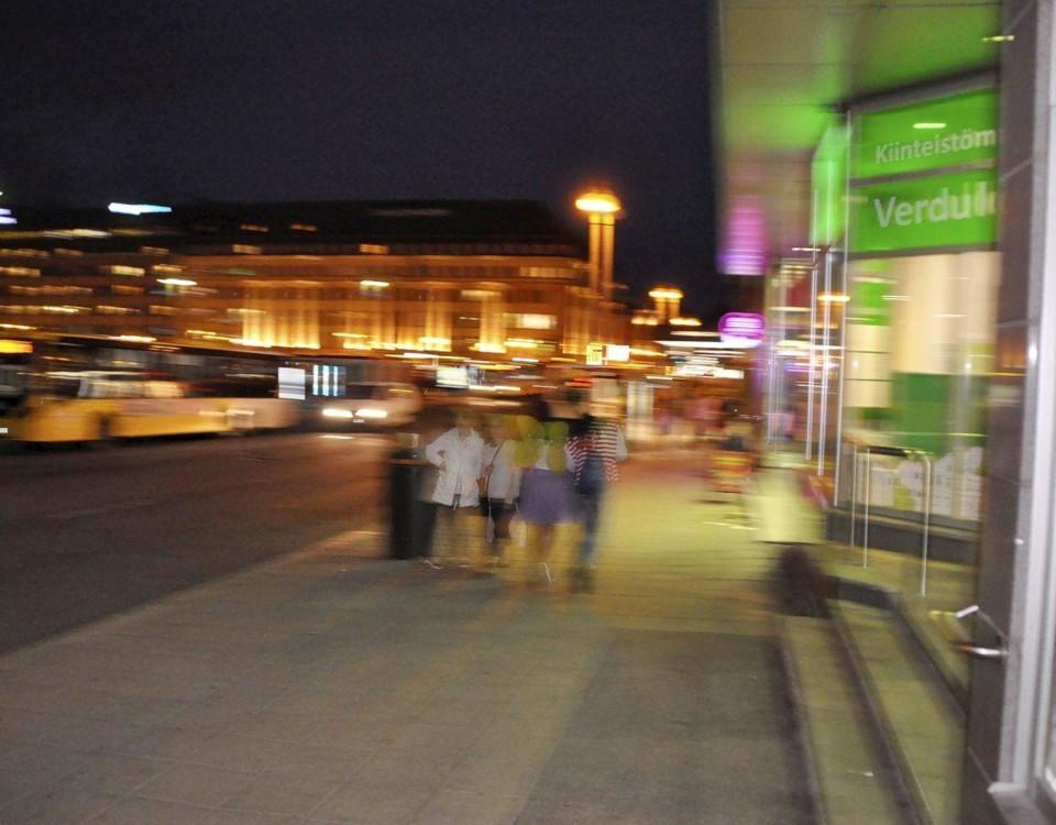 människor på en nattlig gata