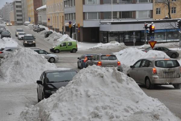 Stora snöhögar vid sidan av gatorna i stadscentrum.