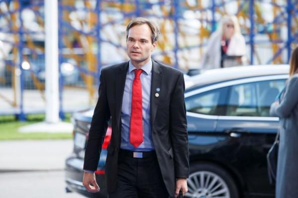 Man med röd kravatt.