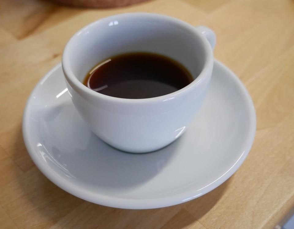 En kaffekopp med kaffe.