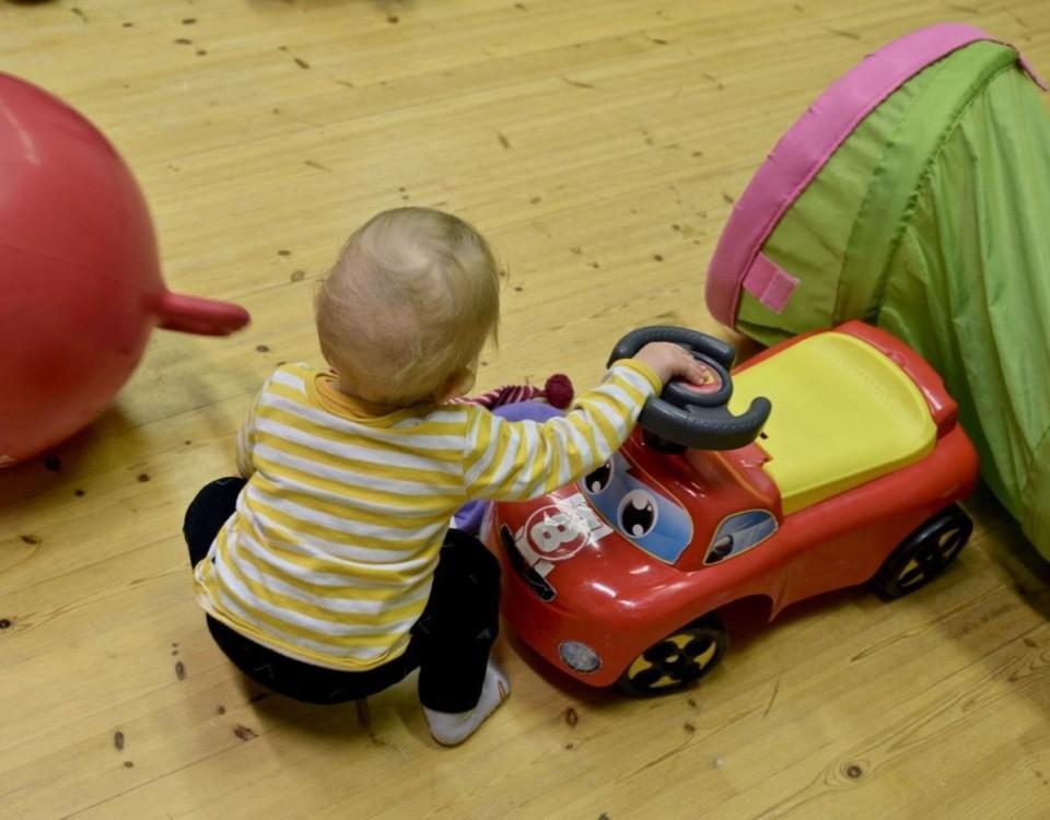 Ett barn leker på golvet