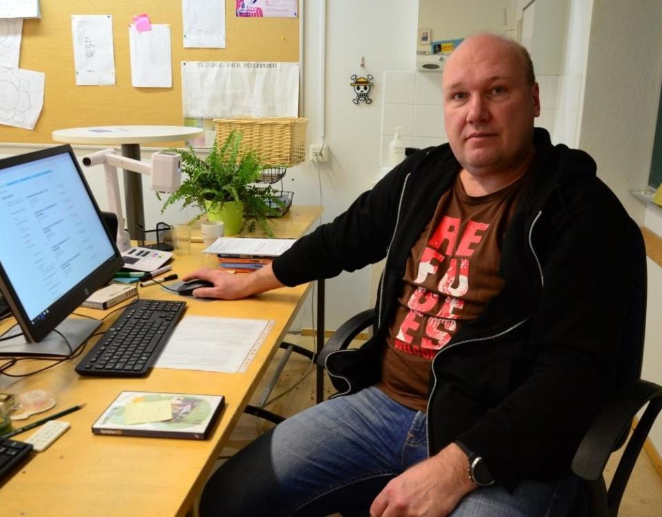 en man sitter vid ett skrivbord