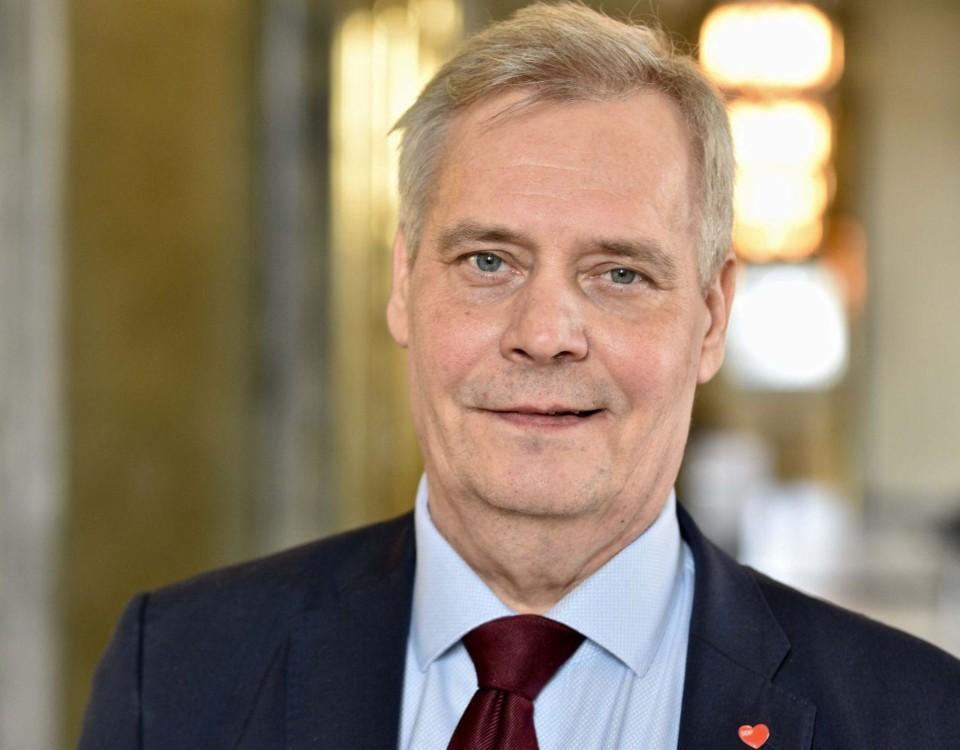 Antti Rinne som ser nöjd ut.