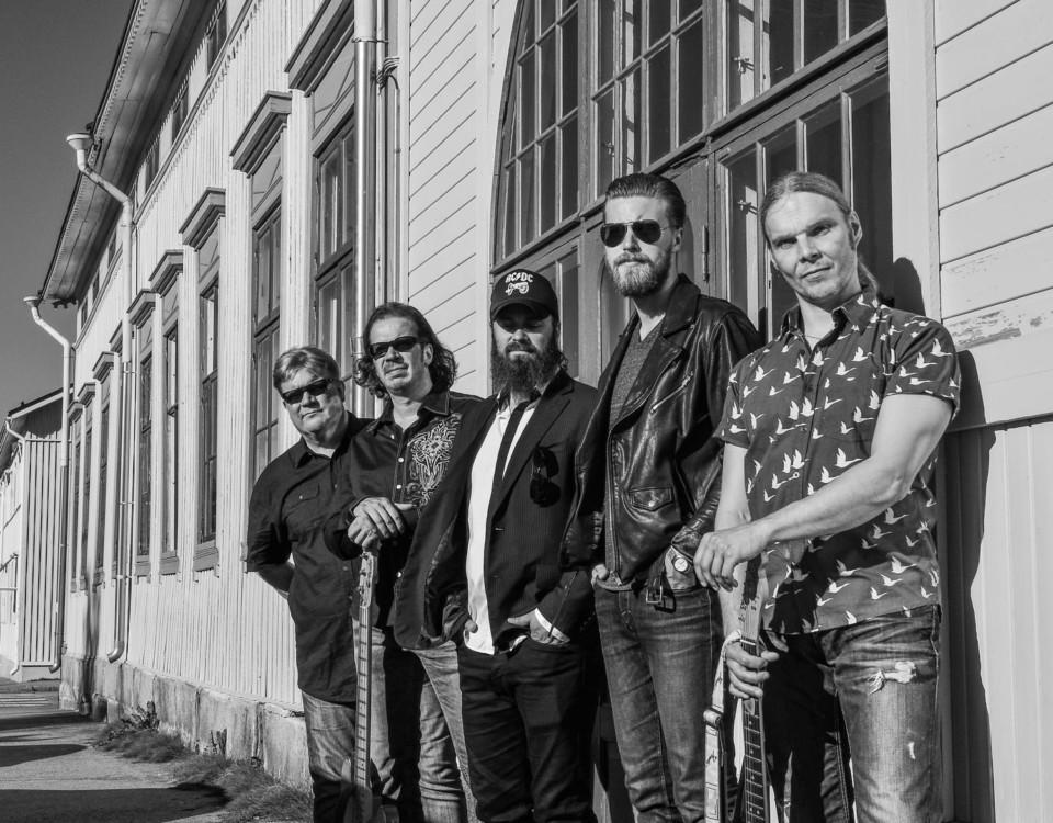 Wentus Blues Band. Pekka Gröhn på keyboard, basisten Robban Hagnäs, sångaren Juho Kinaret, Dan Hjerppe på trummor och Niko Riippa, gitarr. På konserten i Pargas ersätts Pekka Gröhn av Ville Riippa.