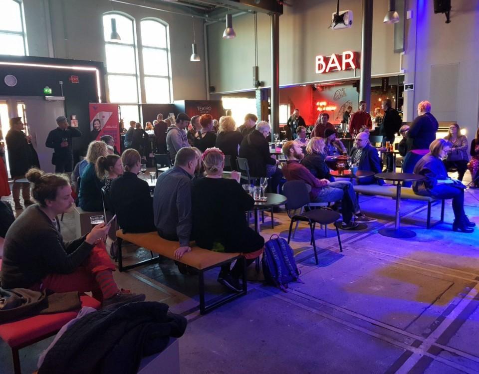 Människor i en stor sal.
