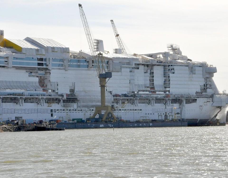 ett fartyg på ett varv