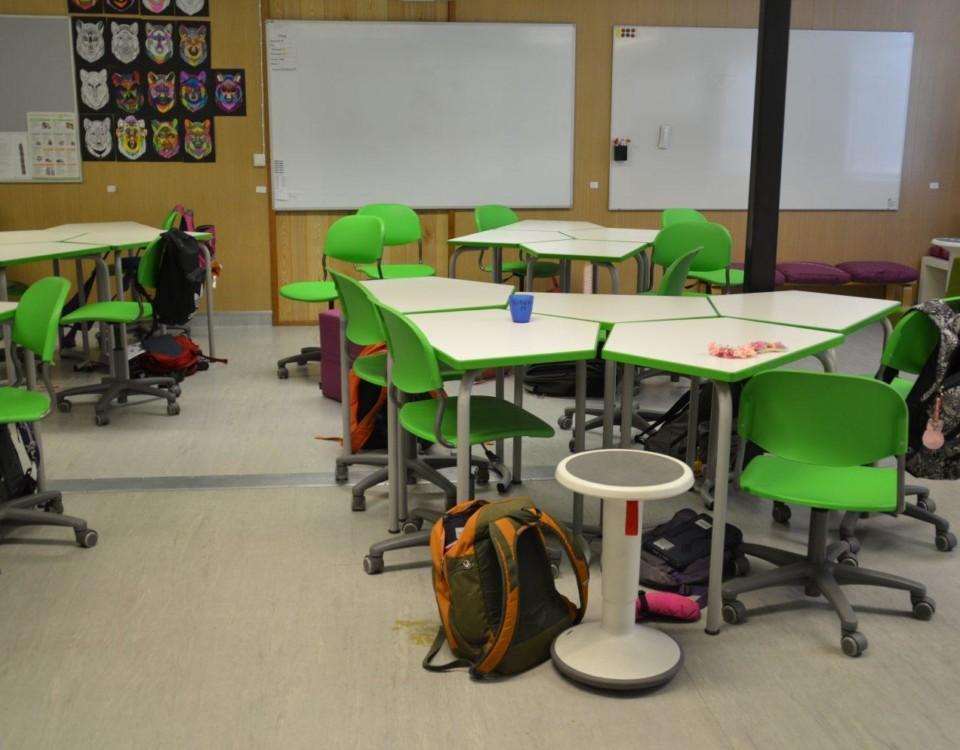 Ett klassrum med lite annorlunda stolar och bord.