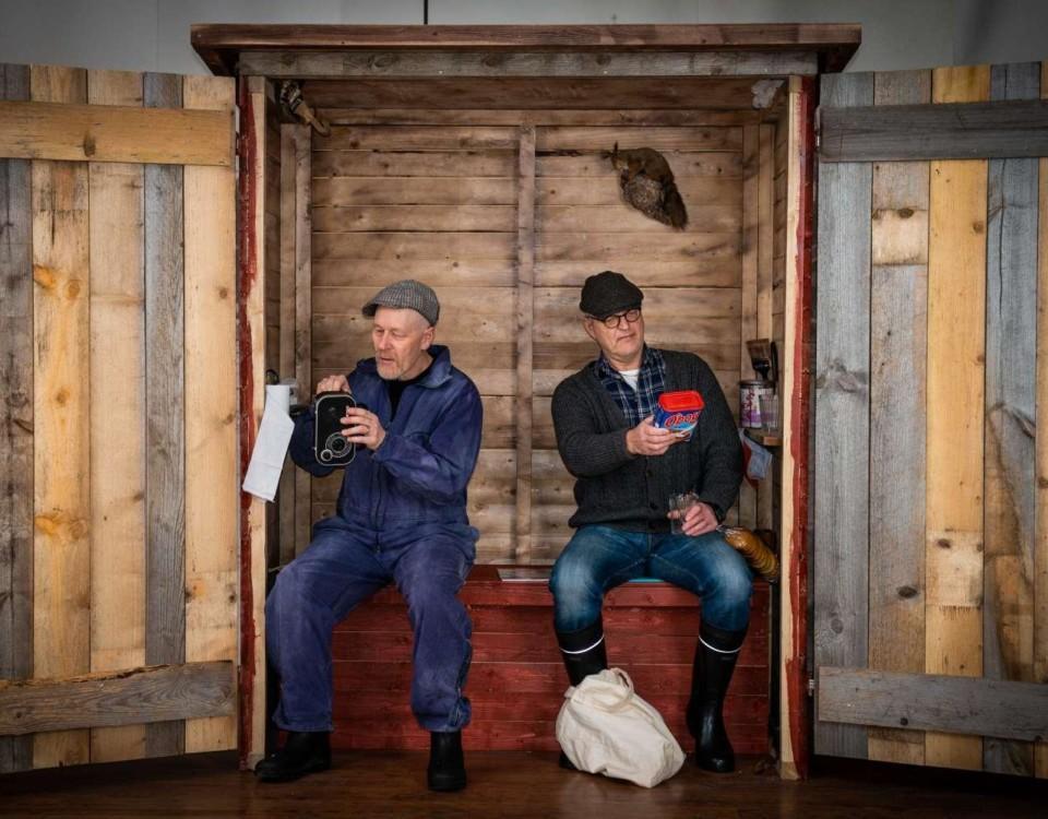 Två män på en teaterscen.